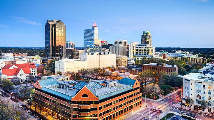 """Thủ phủ Bắc Carolina nhộn nhịp này được biết đến như là """"Thành phố của Oaks"""" đối với nhiều cây cọ Oak nằm trên đường phố và vỉa hè của trung tâm thành phố."""